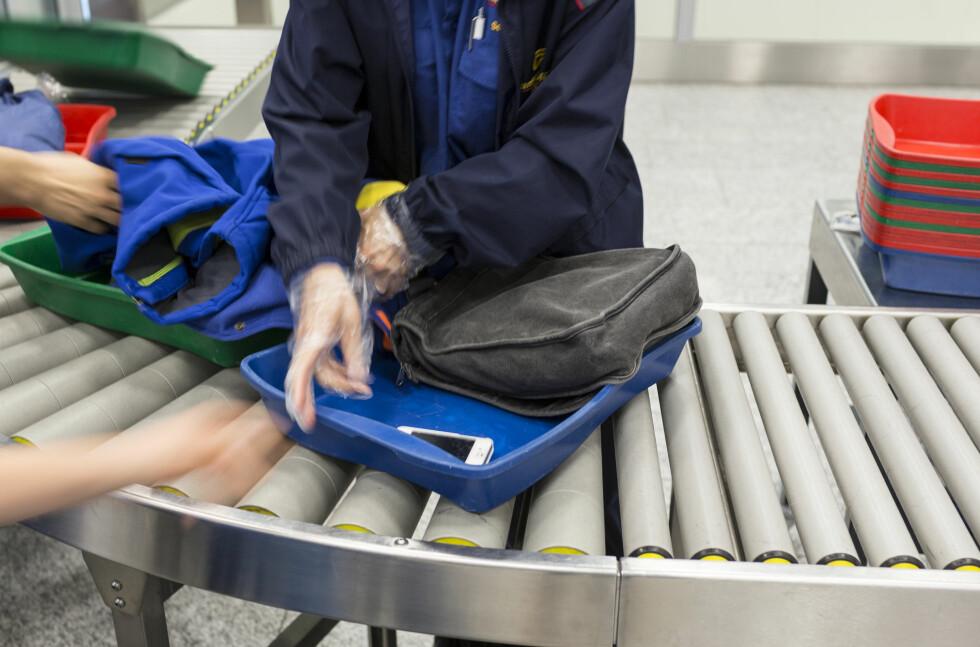 PASS PÅ HVA DU LEGGER HVOR: Du bør ikke pakke verdisaker og dyre julegaver i kofferten som skal sjekkes inn - men det er heller ikke alt du kan ta med i håndbagasjen. Foto: KEYSTONE/NTB SCANPIX