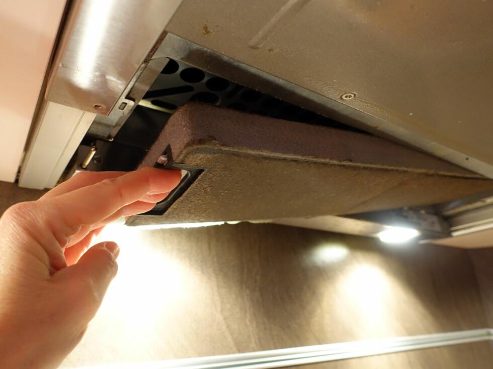FILTER BAK FILTERET: Omluftsvifter har et filter bak det ytre fettfilteret. Dette skal også vaskes eller byttes med jevne mellomrom. Foto: KRISTIN SØRDAL