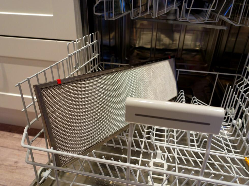 VASKES I OPPVASKMASKIN: Fettfilteret bør vaskes i oppvaskmaskinen. Men husk å steke det etterpå - for å tørke det skikkelig! Foto: KRISTIN SØRDAL