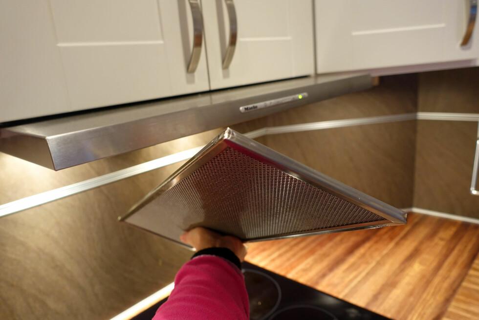 - VASK OFTE! Fettfilteret tas enkelt av, og bør vaskes ofte - både for å ivareta effekten og for brannsikkerhet. Foto: KRISTIN SØRDAL