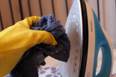 EDDIK OG SALT: Denne blandingen fjernet de fastbrente flekkene på strykejernet. Foto: BERIT B. NJARGA