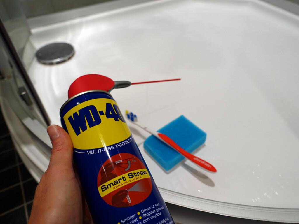VASK MED DETTE: Vi har brukt WD40, en vaskesvamp og en gammel tannbørste til å vaske i dusjen med. Foto: KRISTIN SØRDAL