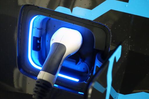 LADING: Du lader bilen på 6-8 timer avhengig av hvor mange ampere du har. Foto: JAMIESON POTHECARY