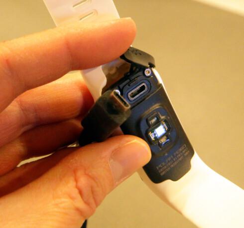 LADING: Polar A360 lades med en standard mikro-USB. Det lille lokket som sitter over ladeinngangen har lett for å falle av når du åpner det for å lade - så pass på at det ikke blir borte! Foto: KRISTIN SØRDAL