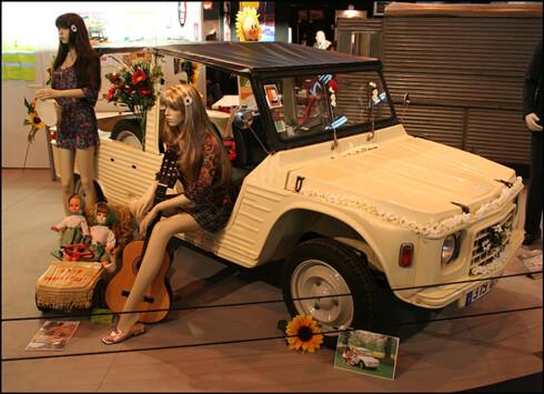 TIDSTYPISK: Her er en original Citroën Méhari utstilt og iscenesatt på klassikermessen Rétromobile i Paris. Foto: KNUT MOBERG