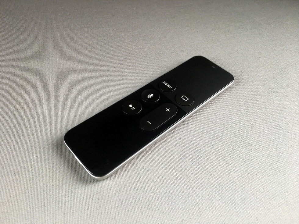 NY VARIANT: Den nye Apple TV-fjernkontrollen har et berøringsfølsomt felt på toppen som også har en skjult knapp under. Foto: PÅL JOAKIM OLSEN