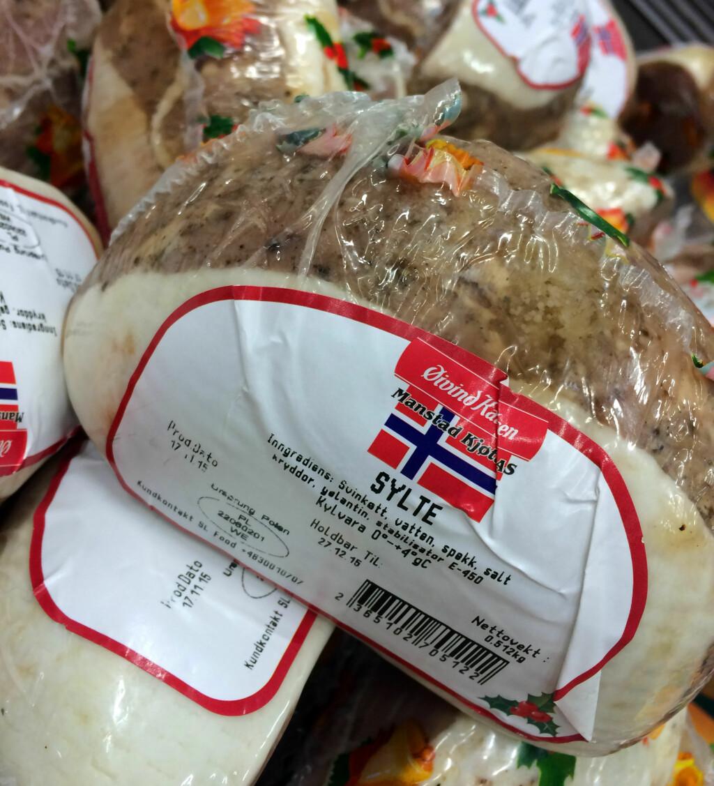MYE NORSK JULEMAT OGSÅ I SVERIGE: Du trenger ikke bekymre deg for at du ikke skal finne norske favoritter i de svenske butikkene: Det er mye norskprodusert julemat å finne i grensehandelsbutikkene også. Foto: KRISTIN SØRDAL