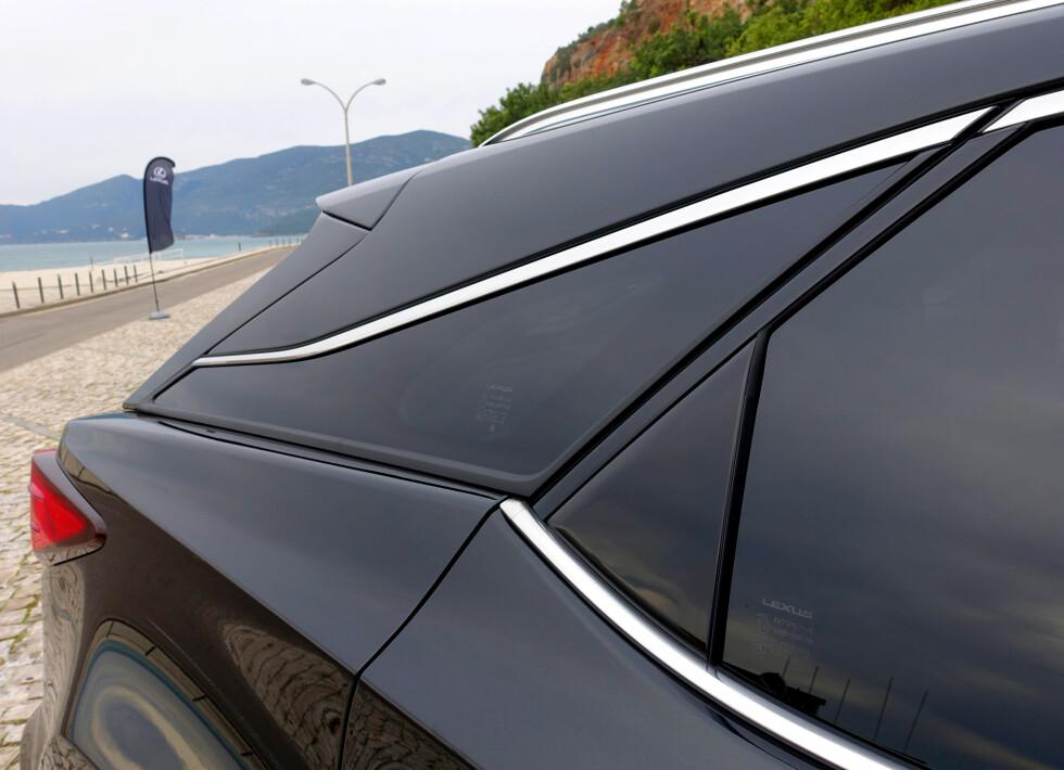 FLYTENDE: Den utstuderte C-stolpen gir faktisk bedre utsyn skrått bakover, samtidig som den gir bilen designmessig særpreg i profil. Foto: KNUT MOBERG