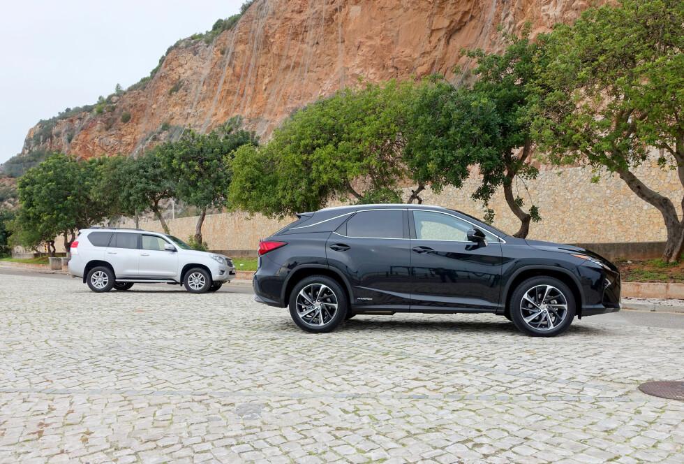 FAMILIE: Det eneste disse to SUV-ene har til felles er at Land Cruiseren til venstre og Lexus RX 450h til høyre er høyreiste, har like hjulbuer, og kommer fra Toyota-konsernet.  Foto: KNUT MOBERG