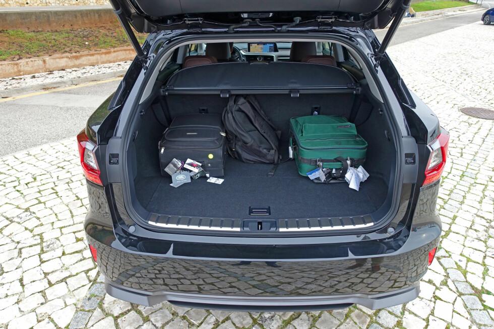 AKSEPTABELT: Bagasjerommet i RX 450h er noe grunnere enn i andre versjoner, men bagasjeplassen er ikke verst og under gulvet finnes rydderom for mindre gjenstander. Foto: KNUT MOBERG