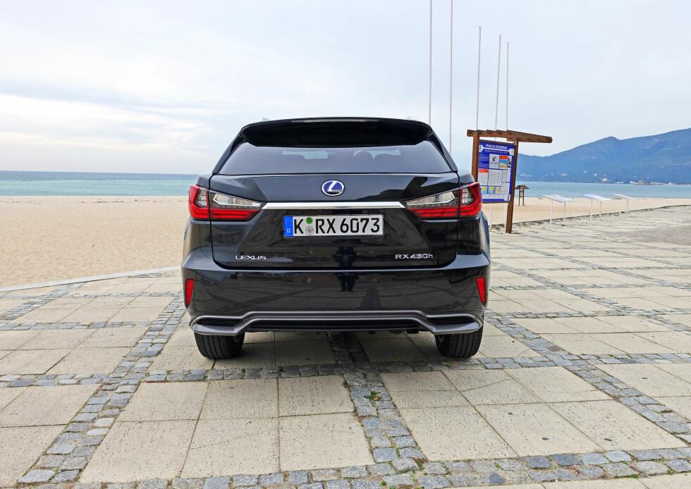 BRED: Designmessige grep som å trekke lykter og enderør langt ut til siden gjør at bilen fremstår som bredere og mindre høyreist. Foto: KNUT MOBERG