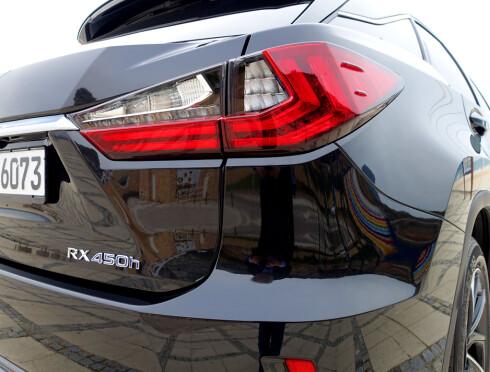 SIGNATUR: Det er blitt vanlig for bilprodusentene å lage LED-baklys med en fasong som «signerer» bilen, det vil si gjør den identifiserbar bakfra i mørket. Hvorav den liggende hockeykølle-formen på RX-baklyktene.  Foto: KNUT MOBERG
