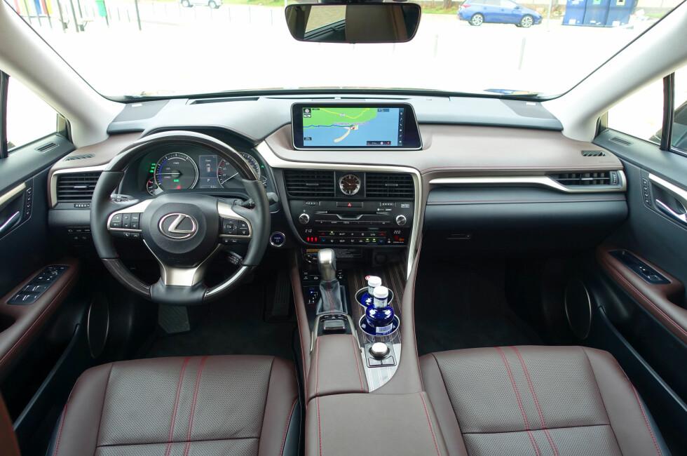 BUNNSOLID: Kvalitetsopplevelsen er førsteklasses ombord i RX 450h med ultra-presise sammenføyninger og en materialkvalitet man vanlig ikke forbinder med japansk bilindustri. Foto: KNUT MOBERG
