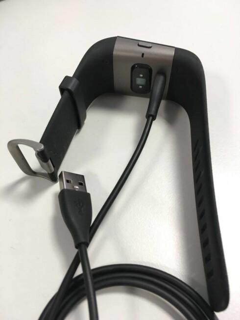 LADE:  Ladekabelen til Fitbit Surge er enkel å bruke, men sitter kanskje litt løst i klokka. Man må passe på at den faktisk lader.  Foto: HANNA SIKKELAND