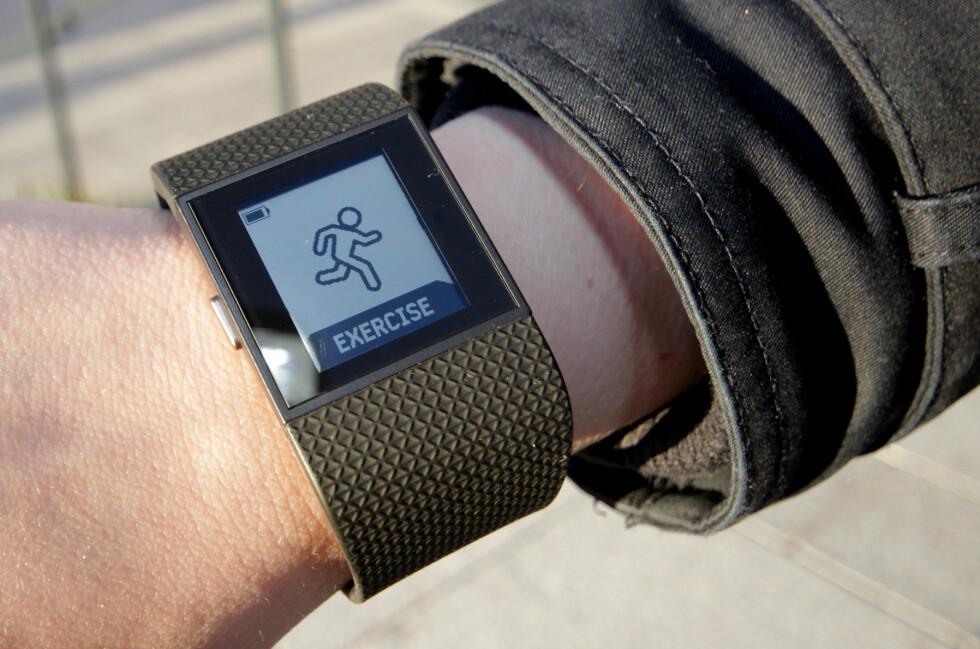 FIN PÅ TRENING:  Fitbit Surge er fin å ha med seg på trening, men blir for klumpete og stor til å ha på 24 timer i døgnet. Foto: OLE BETTER BAUGERØD STOKKE