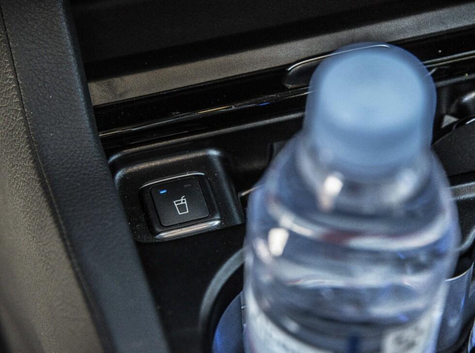 SMART: Drikkene kan både kjøles og oppvarmes i koppholderne.  Foto: JAMIESON POTHECARY