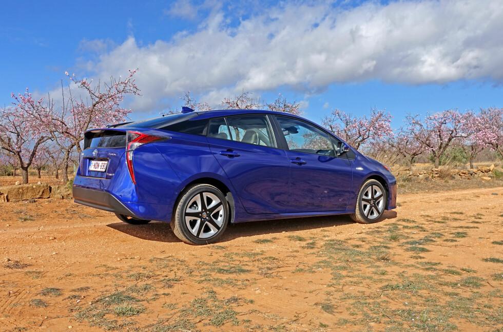 PRIRAI? Dette er miljøprofilen til Toyota anno 2016. Her aner vi stilelementer både fra hydrogenbilen Mirai, tidligere Prii og øvrige Toyota-familie. Foto: KNUT MOBERG