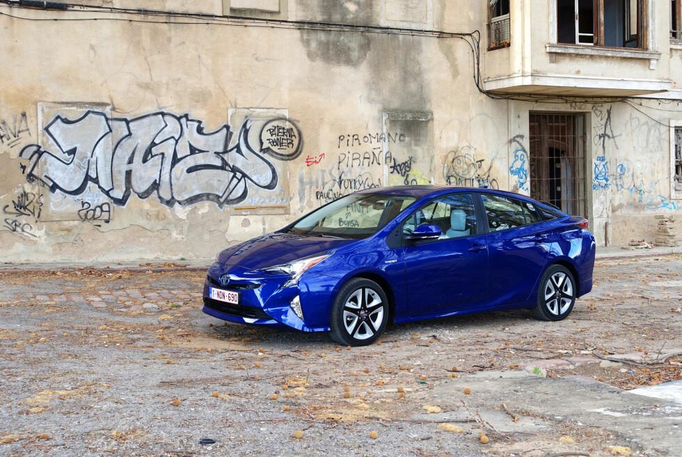 HYBRID I SKUDDET: Det er ikke bare de ladbare hybridene som øker: Nye Prius (bildet), sammen med de andre Toyota-hybridene hjelper Toyota til å bli en av de desiderte vekstvinnerne i mai. Foto: KNUT MOBERG