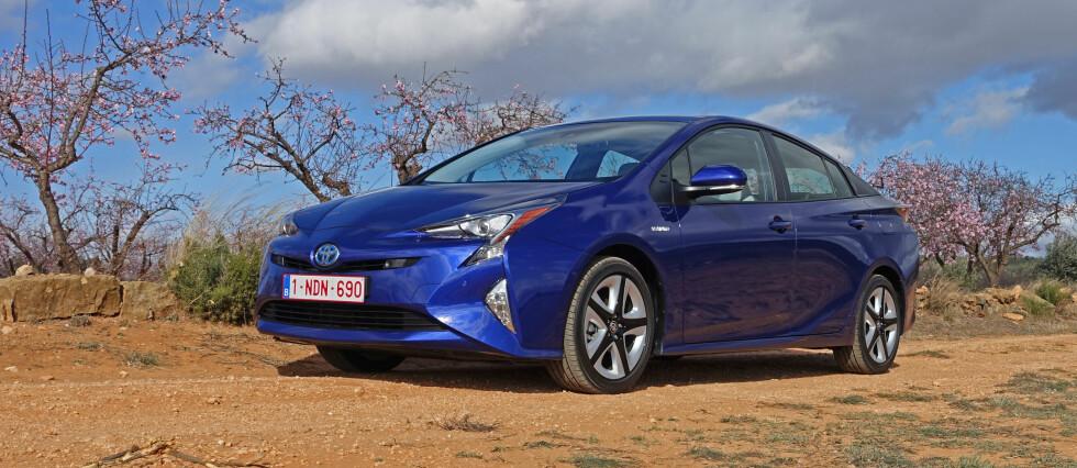 NY GIV: Med fjerde generasjon Prius tar Toyota en velprøvd formel, finpusser den og bruker nye ingredienser for et bedre og høyst tidsriktig resultat.  Foto: KNUT MOBERG