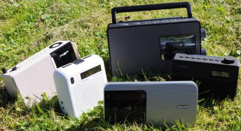UTE-LYTTING: Alle disse radioene egner seg godt for kos på hytta eller terrassen. Med unntak av én holder alle koken i minst 15 timer. Foto: TORE NESET