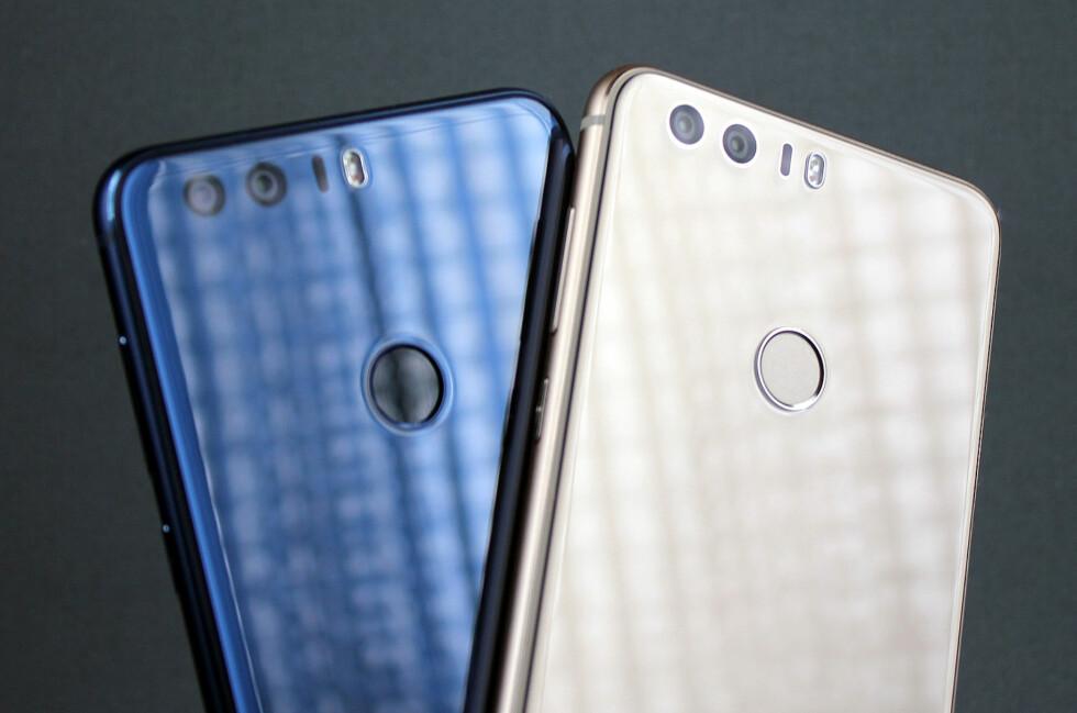 FLERE FARGER: Honor 8 fra Huawei kommer i flere farger; deriblant gull og blå. Foto: PÅL JOAKIM OLSEN