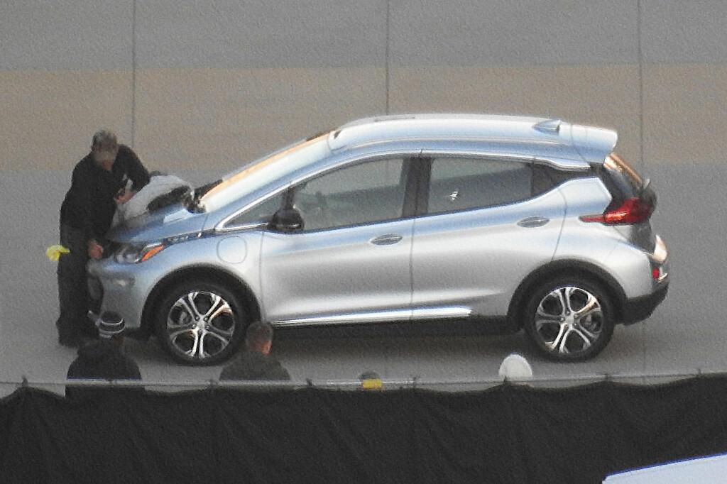 AVKLEDD: Når bilen gjøres klar for brosjyre-fotografering, tas kamuflasjen av - da slår spionfotografen til fra lang avstand. Foto: AUTOMEDIA