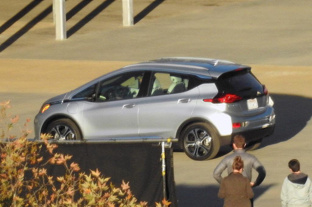 PRODUKSJONSKLAR: Skrått bakfra ser vi også at bilen ser rimelig ferdig ut. Foto: AUTOMEDIA