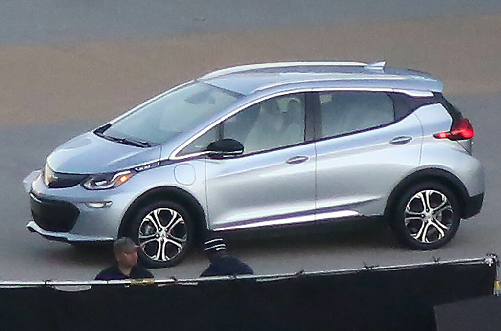 <b>HER ER DEN:</b> Produksjonsutgaven av den kommende elbilen til General Motors er her avslørt for første gang av en fotograf som har tatt bildene på svært lang avstand. Det loves en rekkevidde opptil 320 kilometer og den deler plattform med Opel Astra. Når Opel-elbilen kommer vet vi ikke, men vi håper det ikke vil drøye så altfor lenge... Foto: AUTOMEDIA