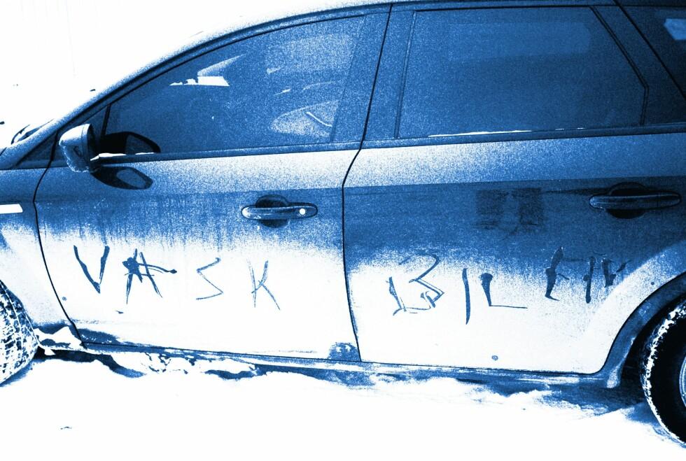 VINTERVASK: Skal du vaske bilen om vinteren bør du tørke den ekstra godt etterpå. Da bevares vasken og lakken lenger. Foto: NTB SCANPIX