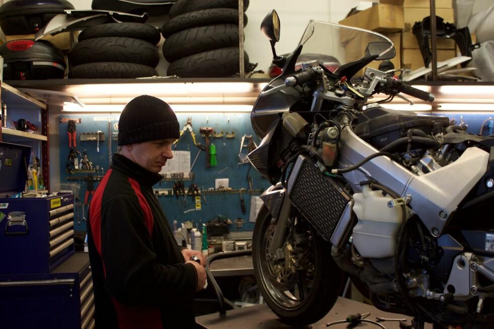<strong><b>GJØRE SELV ELLER SETTE BORT:</strong></b> Her er en av MC Oslos ansatte i gang med reparasjon av en MC.< Foto:  Brage Steinson Wiik-Hansen