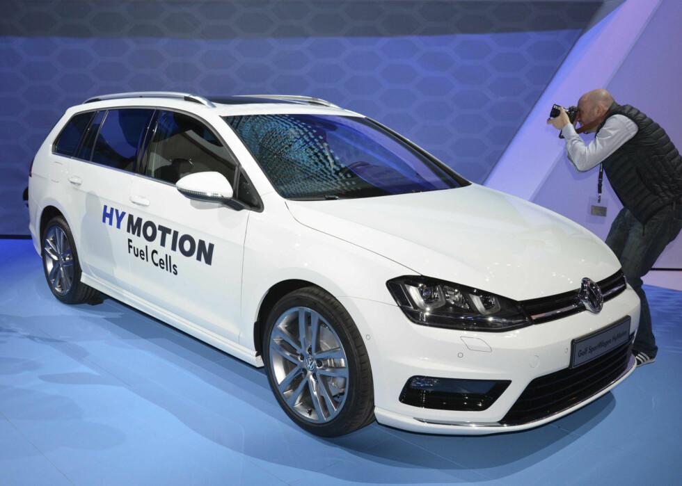 NORMAL BIL: VW har valgt å vise teknologien i en helt ordinær bil, til og med en stasjonsvogn.  Foto: NEWSPRESS
