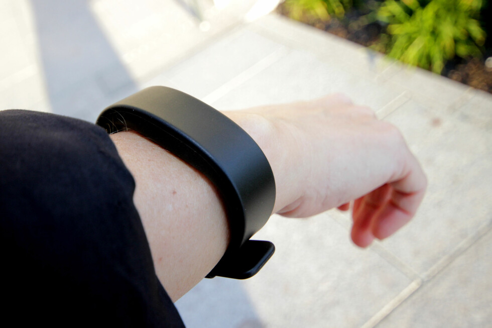 KAN DET BLI MER KJEDELIG? SmartBand 2 ser ikke spesielt sprekt ut. Det ser mer ut som et billig plast-armbånd enn tusenkroners-aktivitetsarmbånd. Litt klumpete er det også. Foto: OLE PETTER BAUGERØD STOKKE