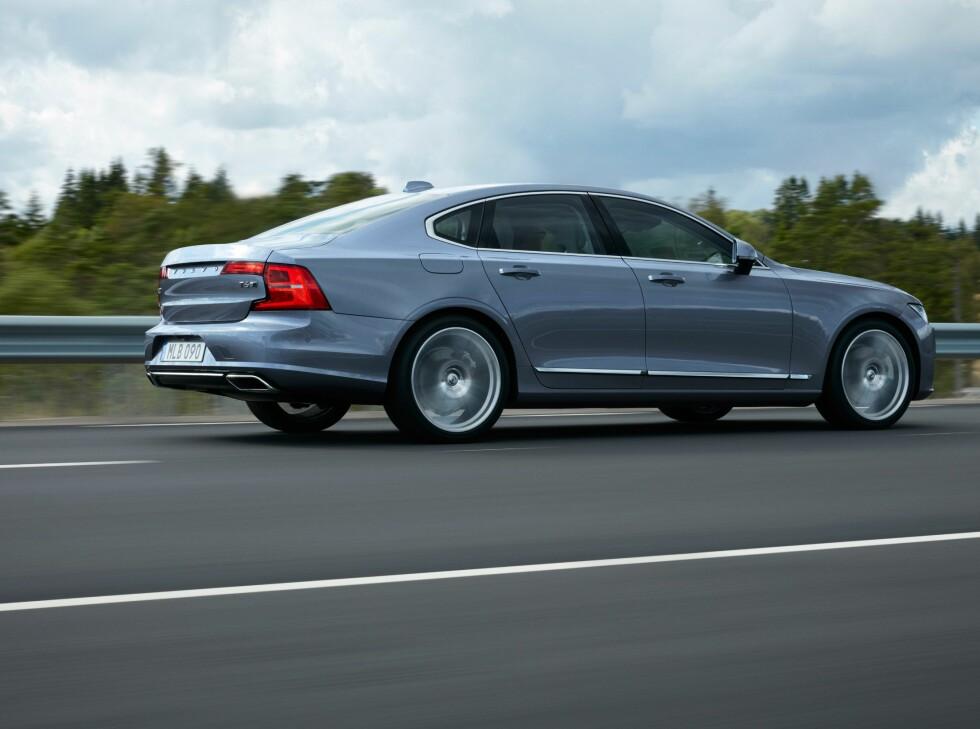 LANG OG SLANK: Bilen virker spenstig og dynamisk, tross størrelsen.