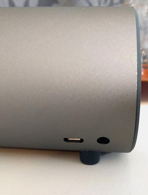TO INNGANGER: Micro USB (til lading) og AUX-inngang om du heller vil bruke kabel.