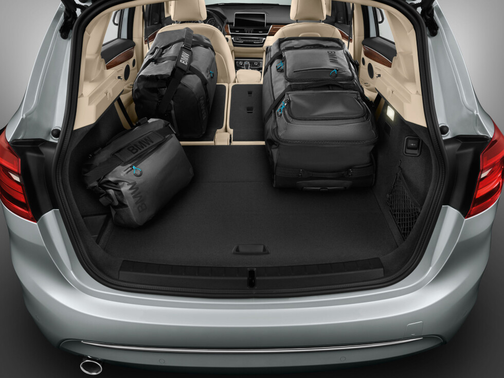 HØYERE GULV: Batteripakken under bagasjeromsgulvet stjeler noe plass, men slett ikke ikke så det blir ubrukelig. Foto: BMW