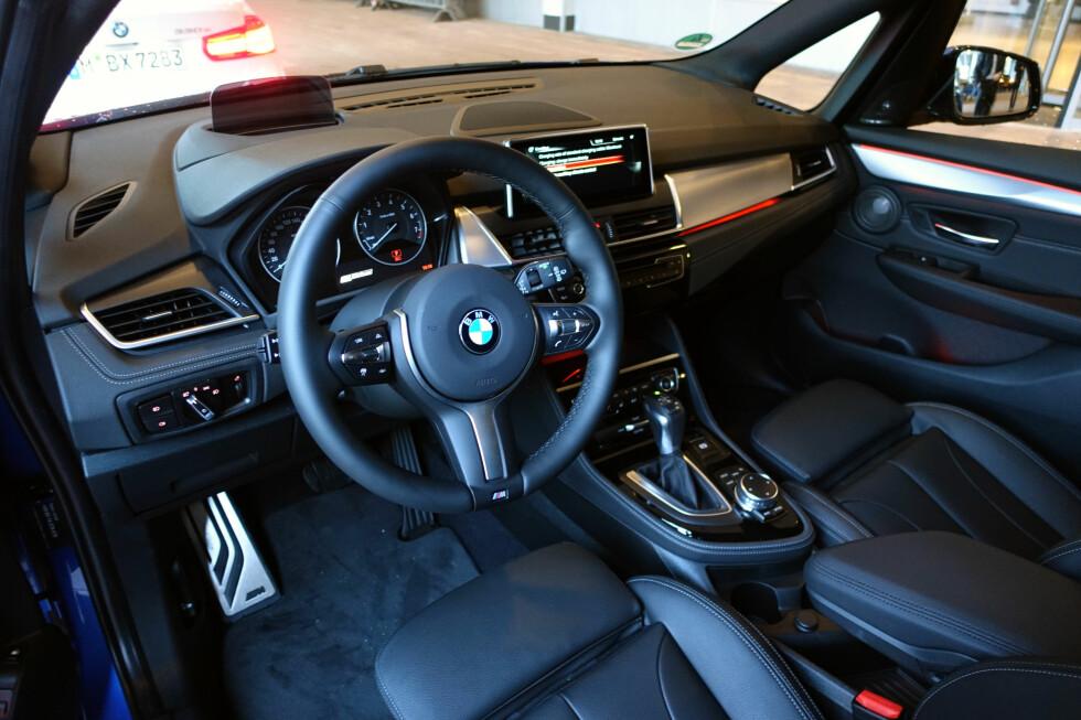 INGEN OVERRASKELSE: Ikke mye annet enn andre skjermbilder skiller BMW 225xe Active Tourer fra søskenmodellene uten ladekontakt. Foto: KNUT MOBERG