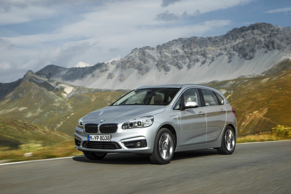 SER DU FORSKJELLEN? Bare lokket til ladeporten på venstre forskjerm sladrer om at dette er den ladbare versjonen av BMW 2-serie Active Tourer. Foto: BMW