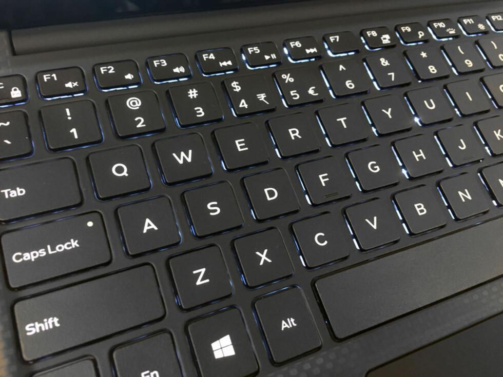 Tastaturet er litt mindre enn normalt, men er godt å skrive på. Her med baklyset tent. Foto: BJØRN EIRIK LOFTÅS
