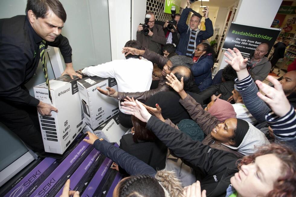 GALSKAP: Black friday har heldigvis ikke blitt fullt så villt som i flere andre land. Her ser du black friday-handlere i Wembley i London under fjorårets salg.  Foto: DAVID PARRY / PA PHOTOS / NTB SCANPIX