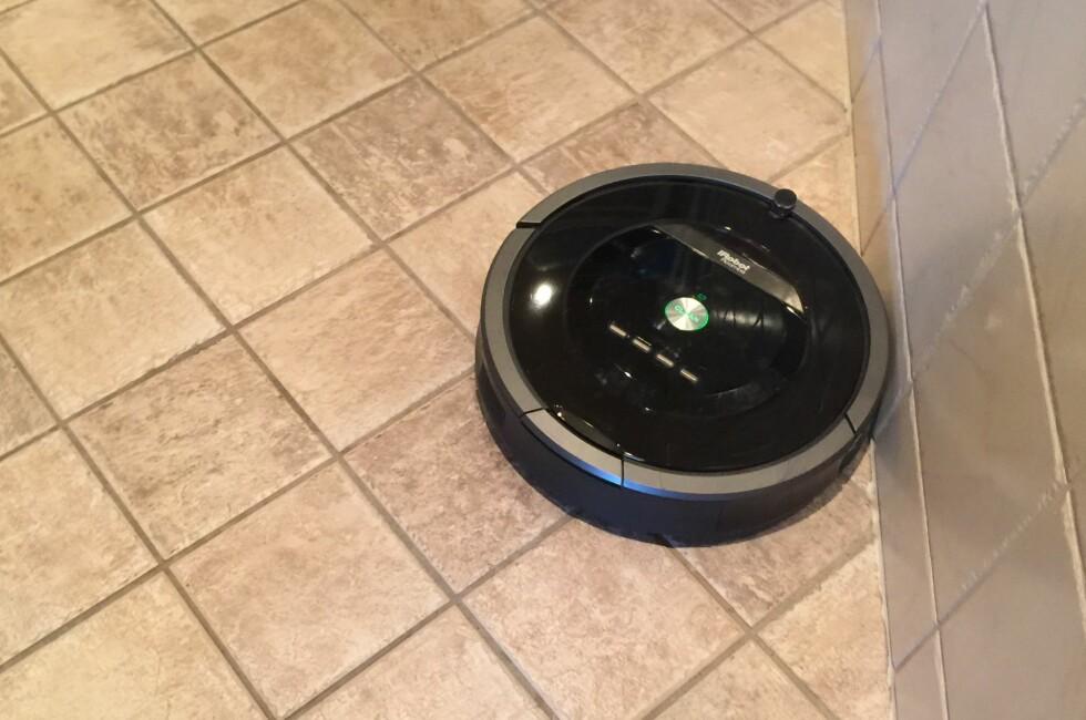BEST: Av robotstøvsugerne vi har testet, har iRobot Roomba 880 fungert best. Foto: ØYVIND PAULSEN