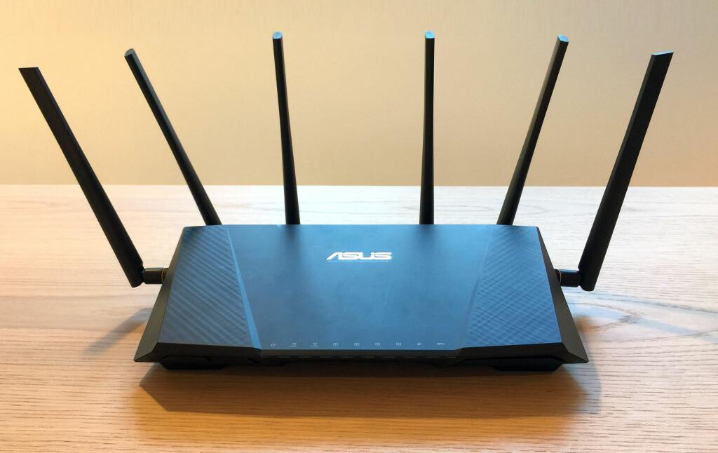 SEKS ANTENNER: Asus RT-AC3200 har seks antenner, og er i skrivende stund den raskeste ruteren vi har testet. Foto: BJØRN EIRIK LOFTÅS
