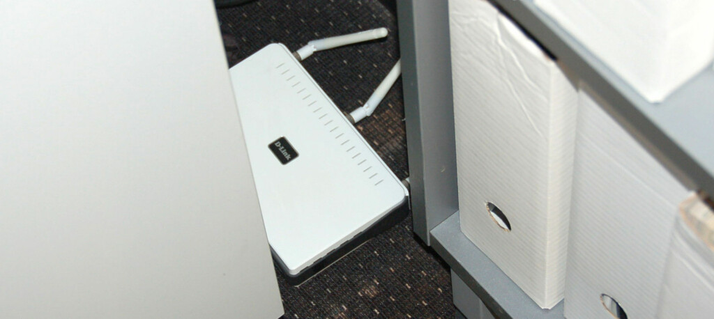 FEIL: Putter du ruteren i en skuff eller inne i et hjørne bak et skap, må du regne med at både hastighet og rekkevidde blir skadelidende. Foto: BRYNJULF BLIX