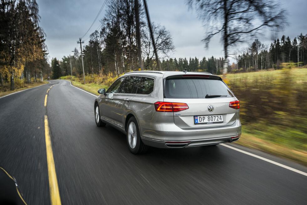 BILLIGERE FOLKEBIL: VW Passat GTE får 6.512 kroner mindre i avgift. Men går du for toppmodellen 2,0 BiTDI 240hk Highline 4MOTION DSG kan du spare hele 43.822 kroner. Prisforskjellen er enda større om du vil ha en Golf R-modell. Foto: JAMIESON POTHECARY