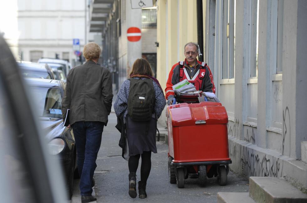 PAKKER PÅ VEI: Selv om den nye 350-kronersgrensa har fått blanda tilbakemelding, mener Virke den fører til enda mer netthandel fra utlandet, og enda vanskeligere tider for norske butikker. Foto: BIRGER MORKEN / POSTEN