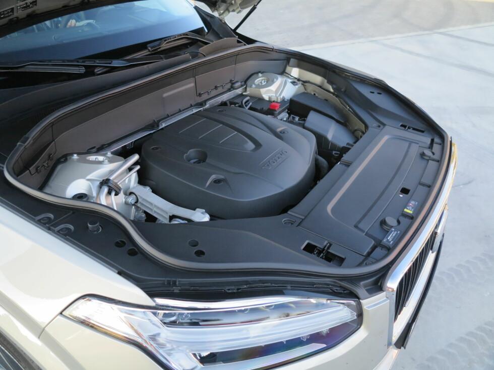 HVORFOR: Det har knapt noen hensikt å åpne panseret på biler lenger.  Foto: Fred Magne Skillebæk