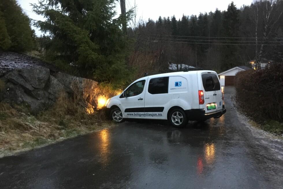 STÅLIS: Underkjølt regn er noe av det skumleste som fins for norske bilister. Her har vi en som mistet kontrollen på veien i morgentimene idag, og det er ikke så rart: Bare det å holde seg på beina for å få tatt dette bildet var en utfordring.  Foto: ØYVIND PAULSEN