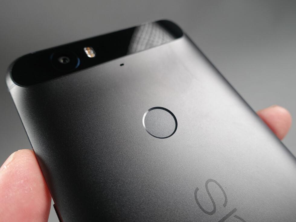 PRESIS: Fingeravtrykksleseren på Nexus 6P er svært presis og har i våre øyne en glimrende plassering til pekefingeren enten du bruker venstre eller høyre hånd.