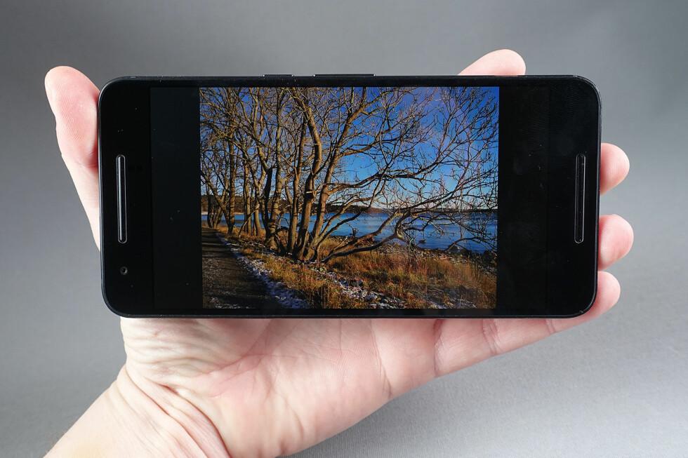 FLOTT SKJERM: AMOLED-skjermen på Nexus 6P har dypt sortnivå og sterke farger. Foto: PÅL JOAKIM OLSEN