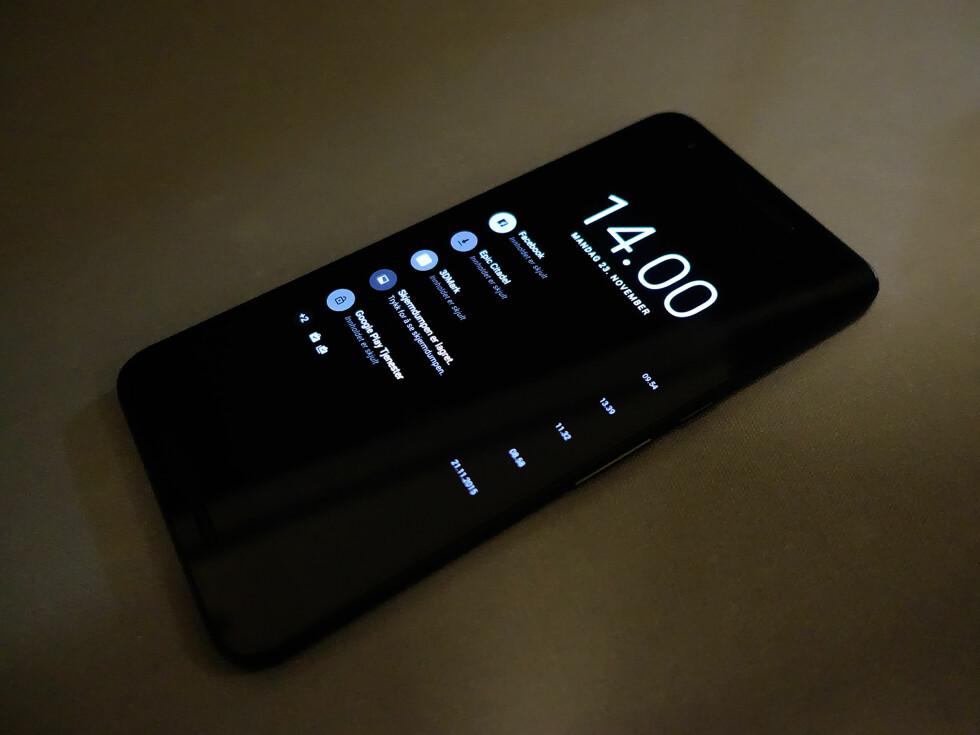 RASK TITT: Når du plukker opp telefonen fra et bord eller lignende, vises en nedtonet versjon av uleste varsler. Foto: PÅL JOAKIM OLSEN