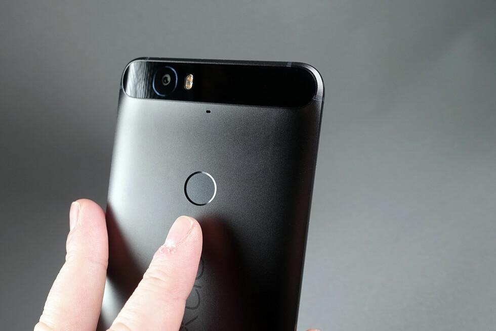 ANNERLEDES: Det periskoplignende feltet øverst på baksiden av Nexus 6P gjør at den fremstår noe utradisjonell. Foto: PÅL JOAKIM OLSEN